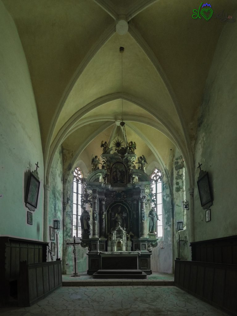 L'interno della chiesa di San Volfango, col grande altare barocco. - Koroška