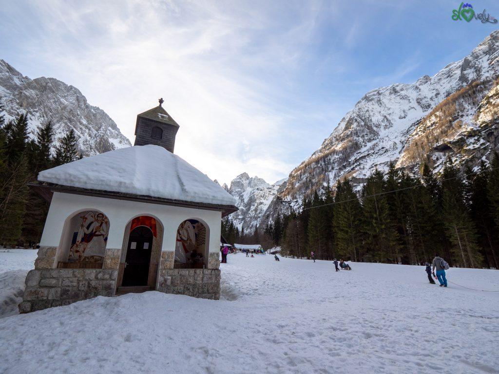 La piccola cappella vicino al rifugio Tamar
