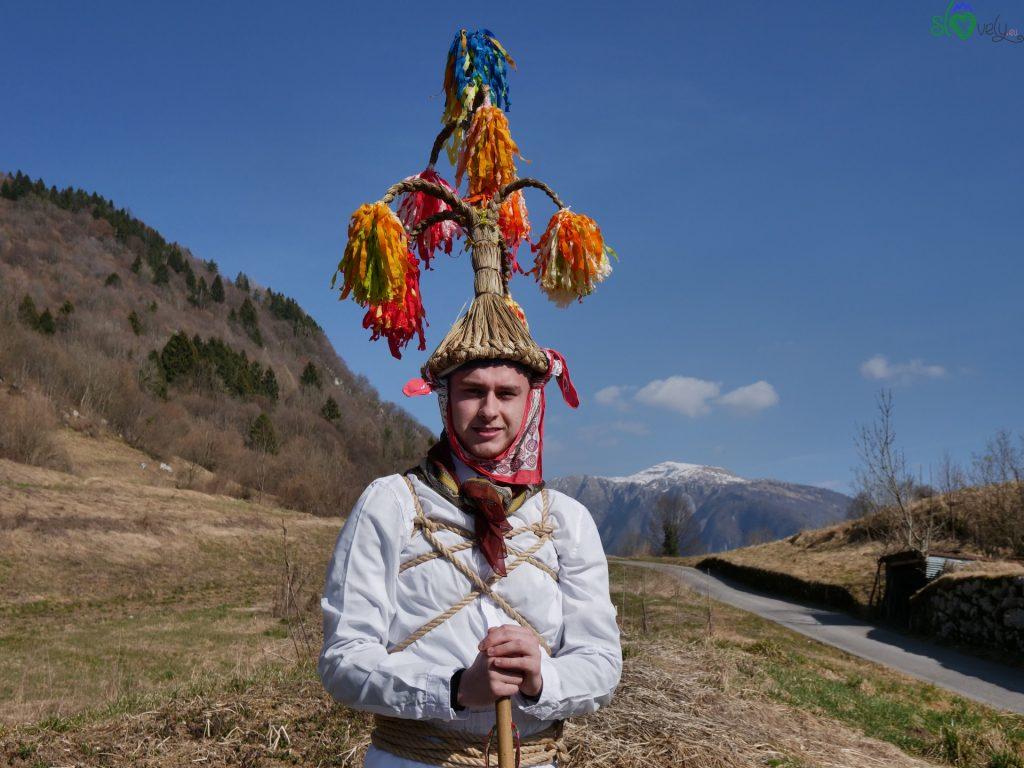 La maschera dei Blumarji, con il Matajur alle spalle