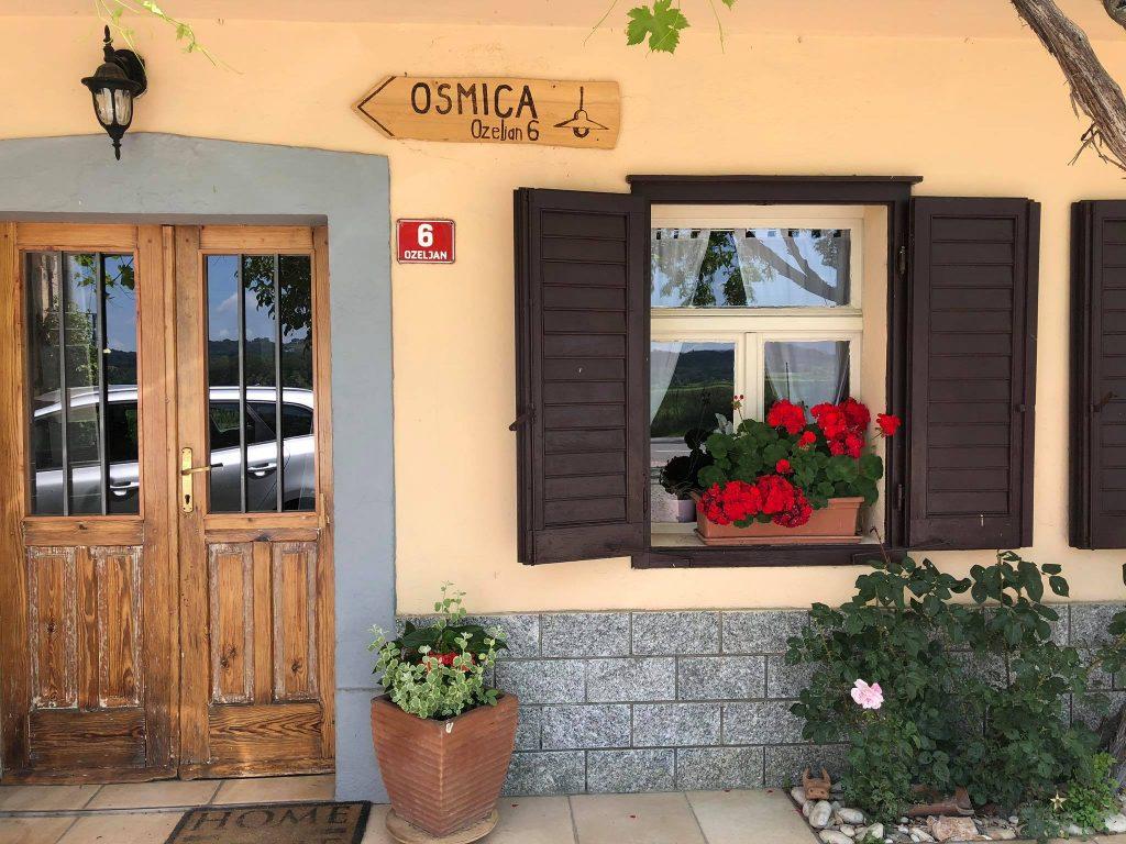 L'osmica Pr'Lahu nella valle del Vipacco (Vipavska dolina). Osmice in Slovenia.