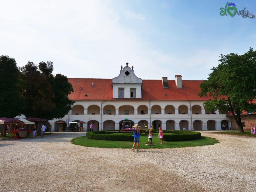 Lo splendido cortile del Dvorec Rakičan, vicino a Murska Sobota.
