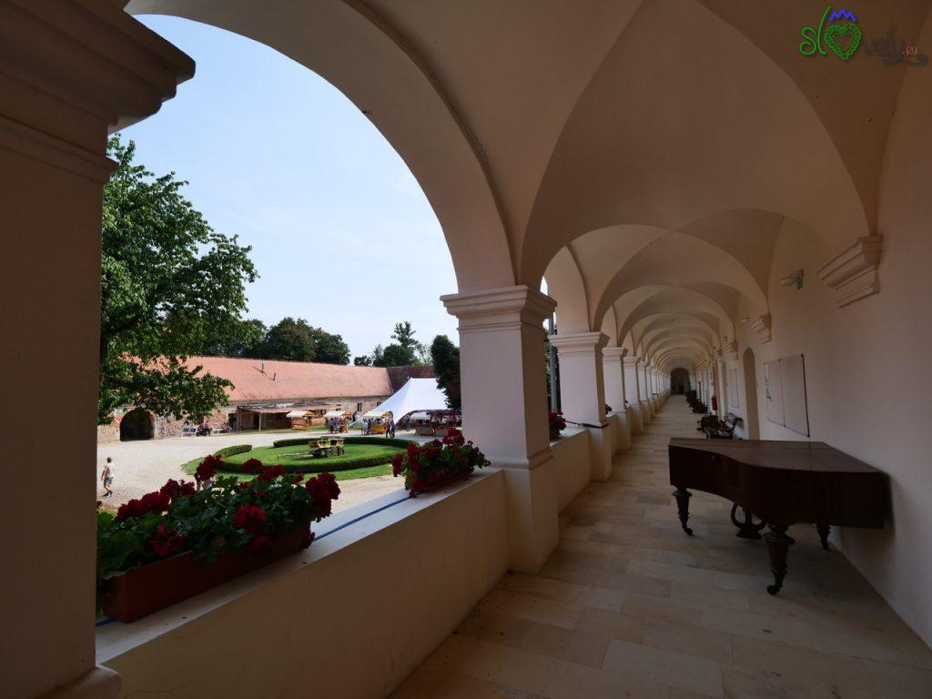 Le splendide arcate appena restaurate del Dvorec Rakičan.