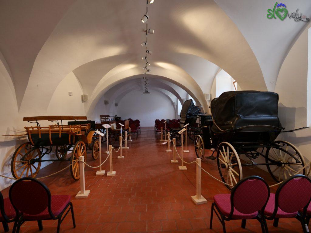 Il museo delle carrozze nelle cantine del castello.