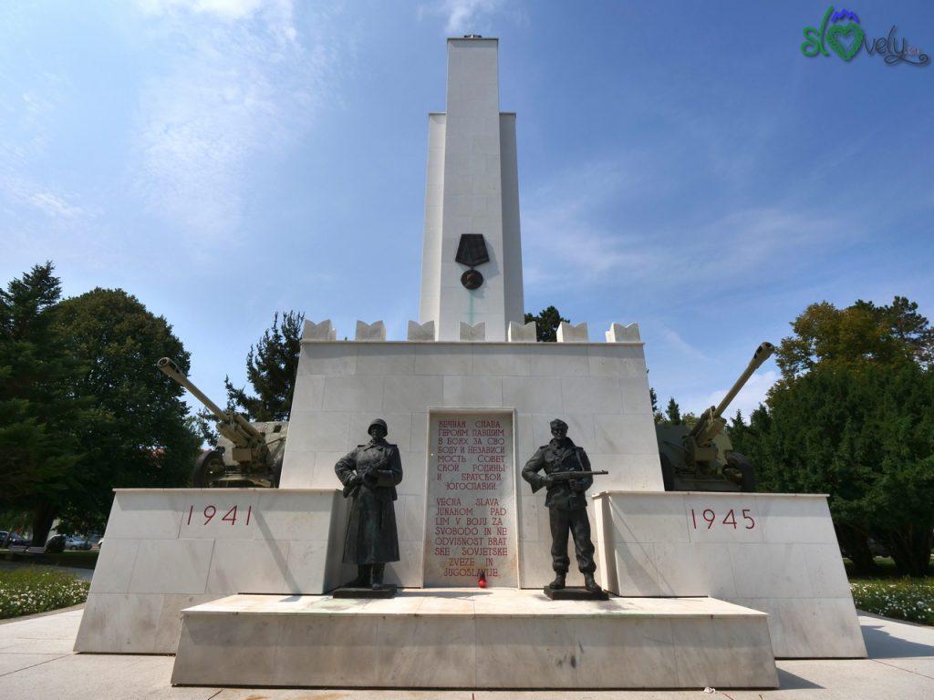 L'imponente monumento alla liberazione di Murska Sobota da parte dell'Armata Rossa in Trg Zmage.