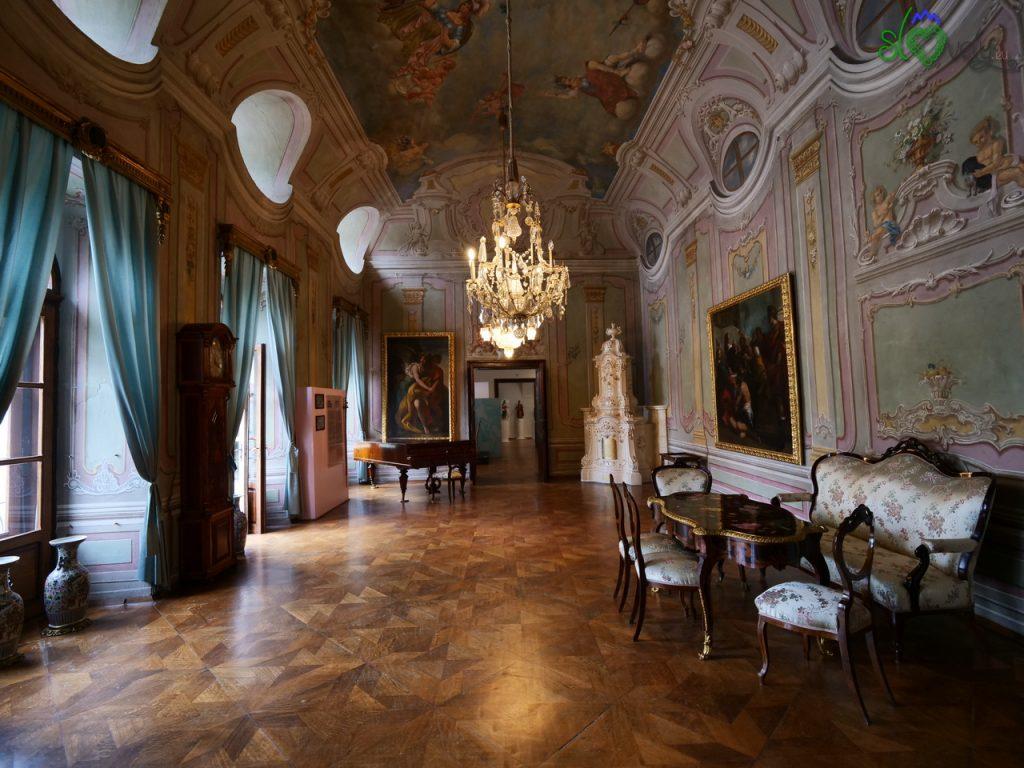 Lo splendido salone affrescato del castello di Murska Sobota.