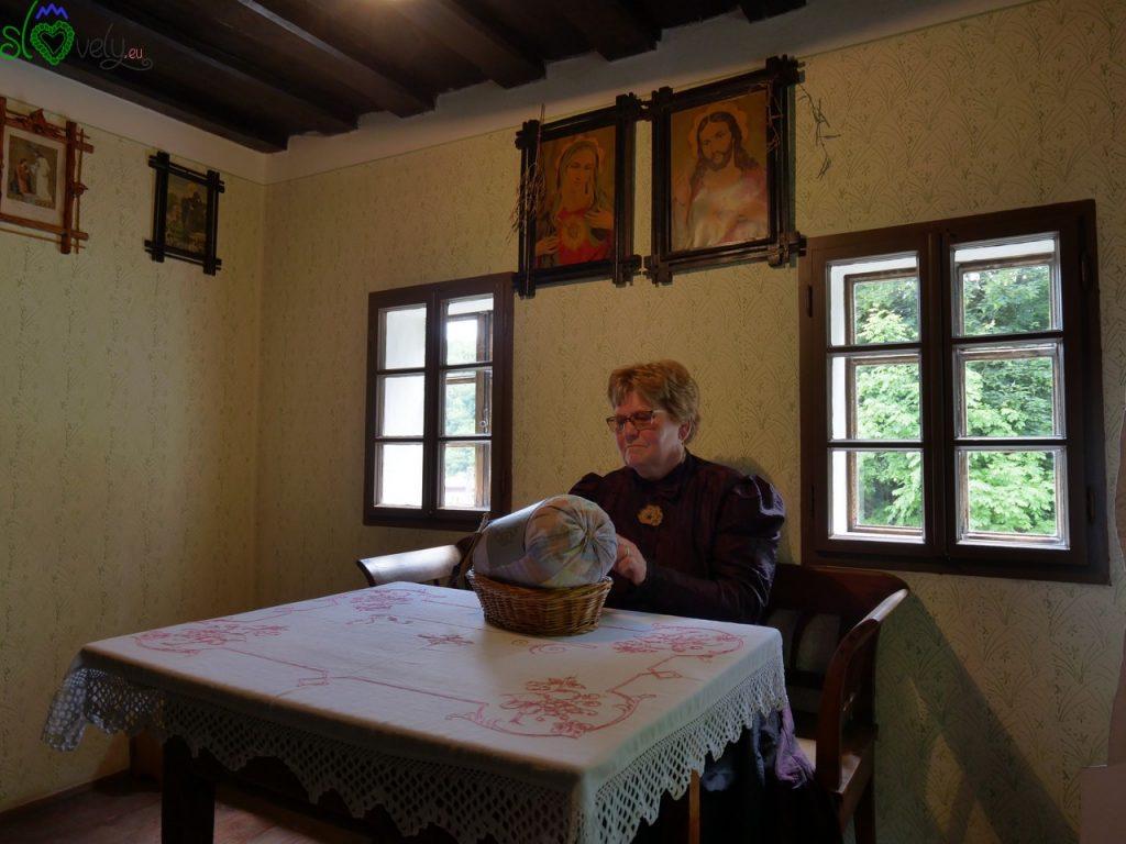 Una signora lavora al tombolo all'interno della casa dei minatori di Idrija.