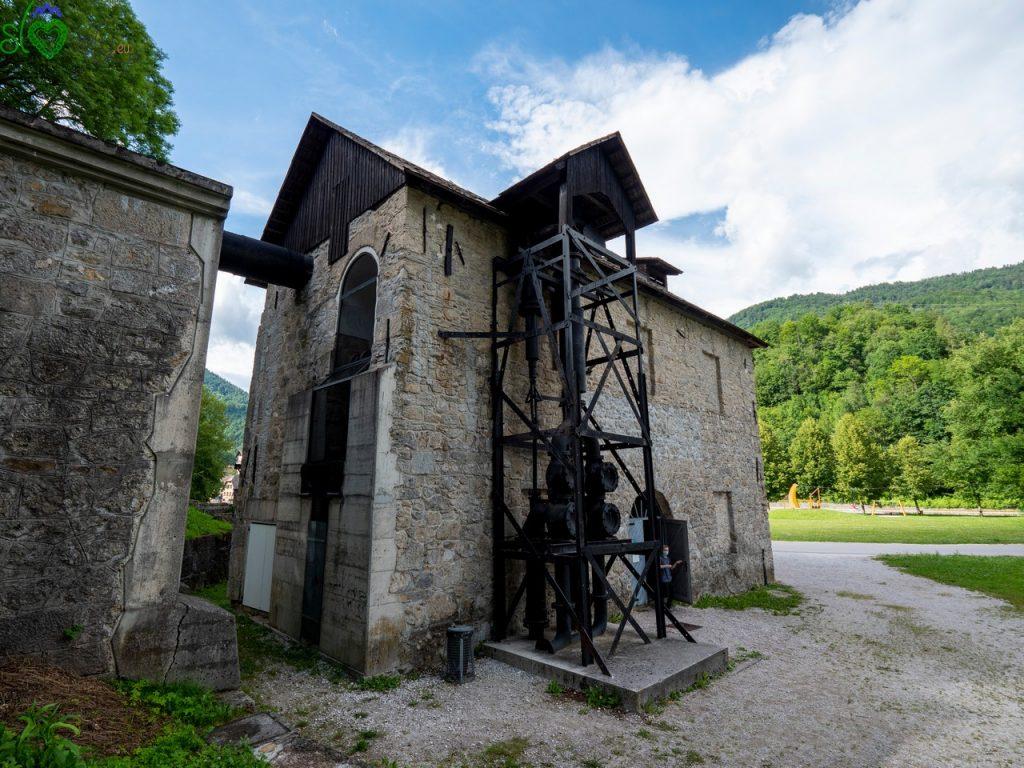L'esterno del Kamšt, con le pompe e la condotta dell'acqua che muoveva la ruota.