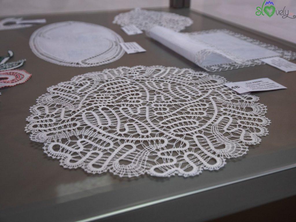 Alcuni merletti in mostra, realizzati dalle alunne della scuola.