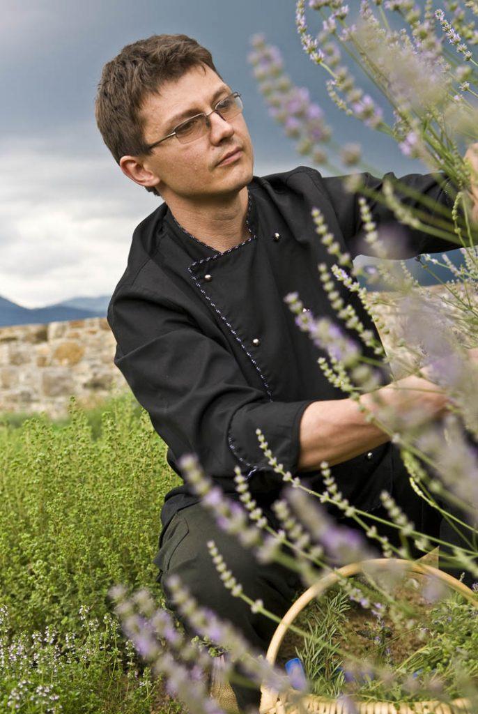 Matej Tomažič tra le sue amate erbe aromatiche. Majerija