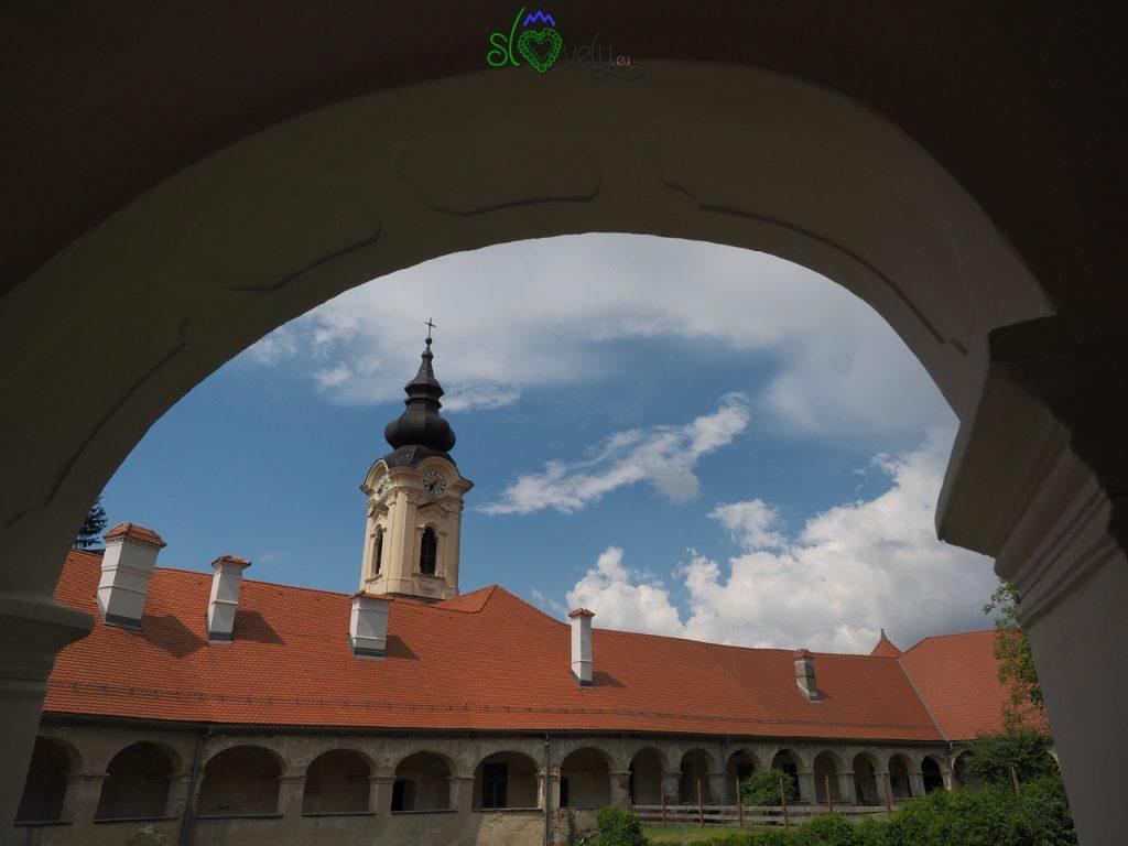 All'interno del Grad, con il campanile della cappella.