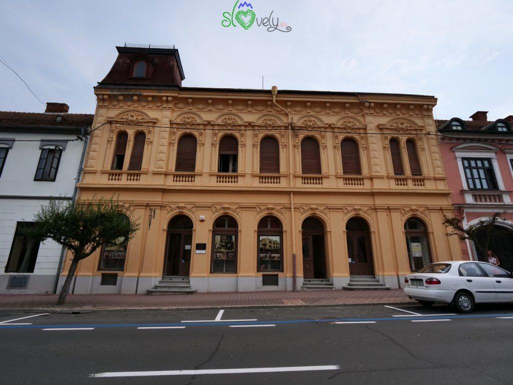 La bella casa che ospita il Muzej meščanstva, tiskarstva in dežnikarstva di Lendava.