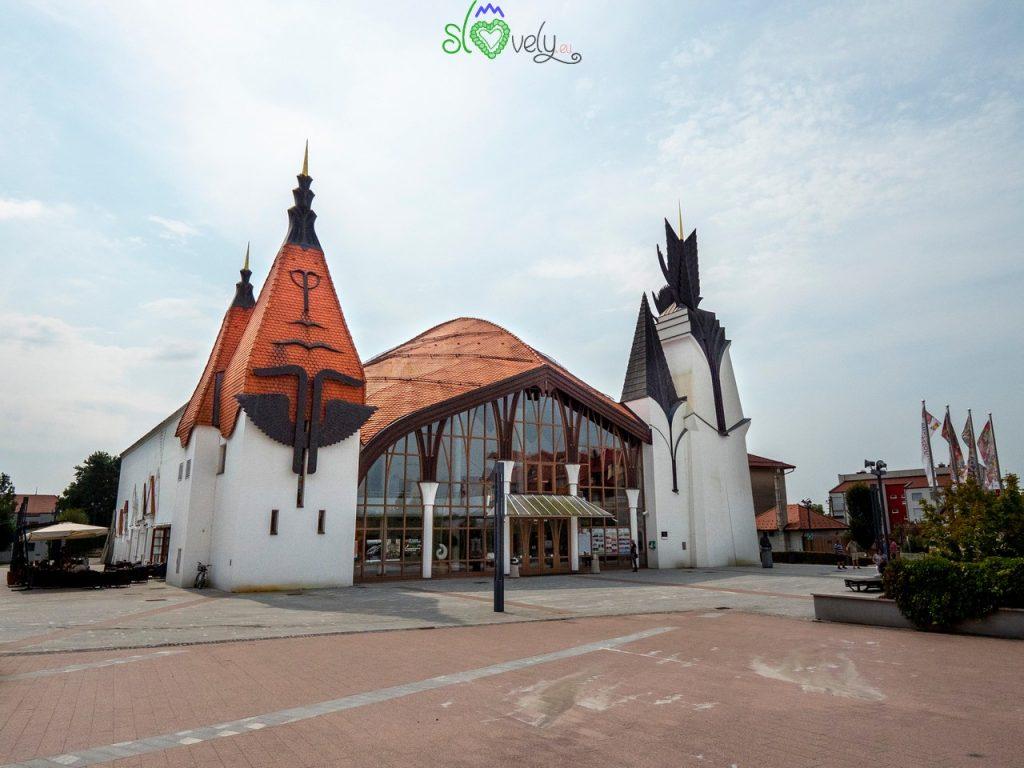 Il curioso edificio del Centro Culturale di Lendava.