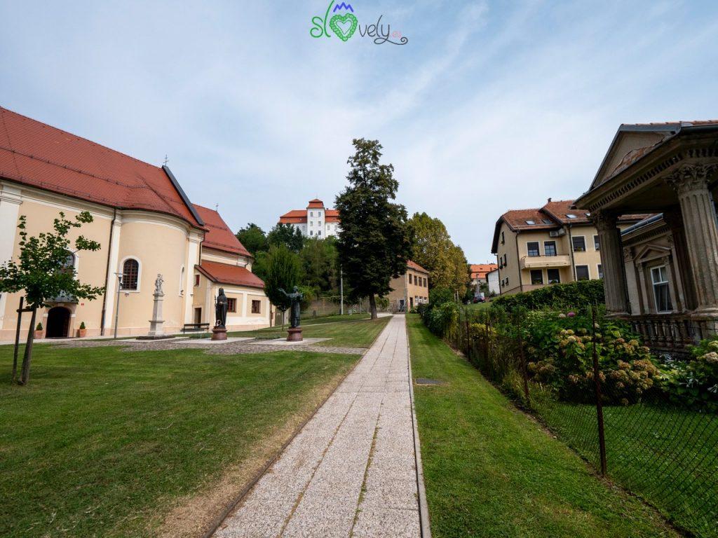 Il cuore della città, con la parrocchiale e il castello.