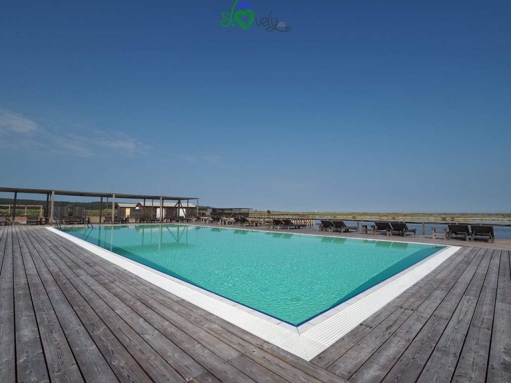 La grande piscina con acqua di mare del centro benessere Lepa Vida. Saline di Sicciole