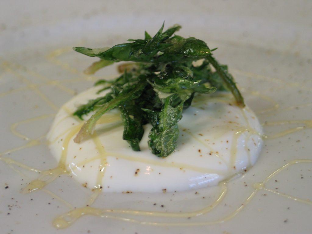 Il dente di leone cristallizzato con yogurt e miele creato da chef Tomažič.