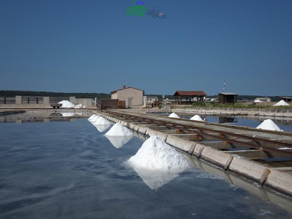 Mucchietti di sale pronti per essere raccolti.