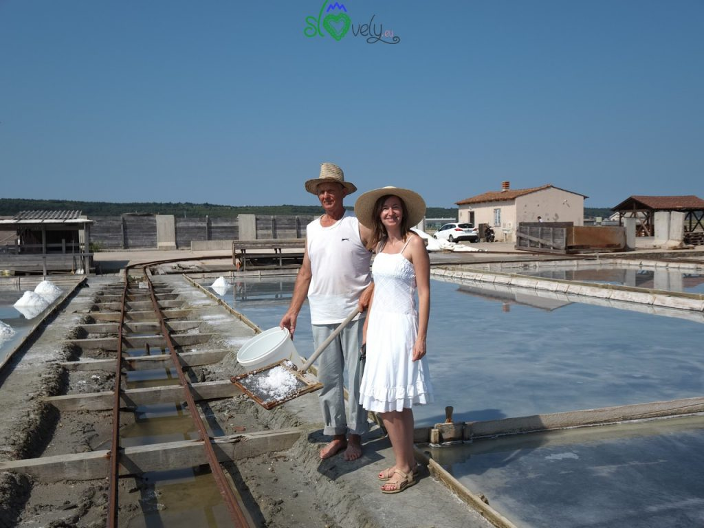 Sara e Osman dopo aver raccolto il fior di sale nelle saline di Sicciole.