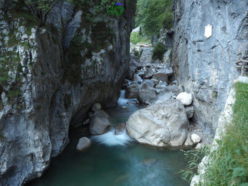 La potenza dell'acqua che scorre in mezzo alla gola di Dovžan.