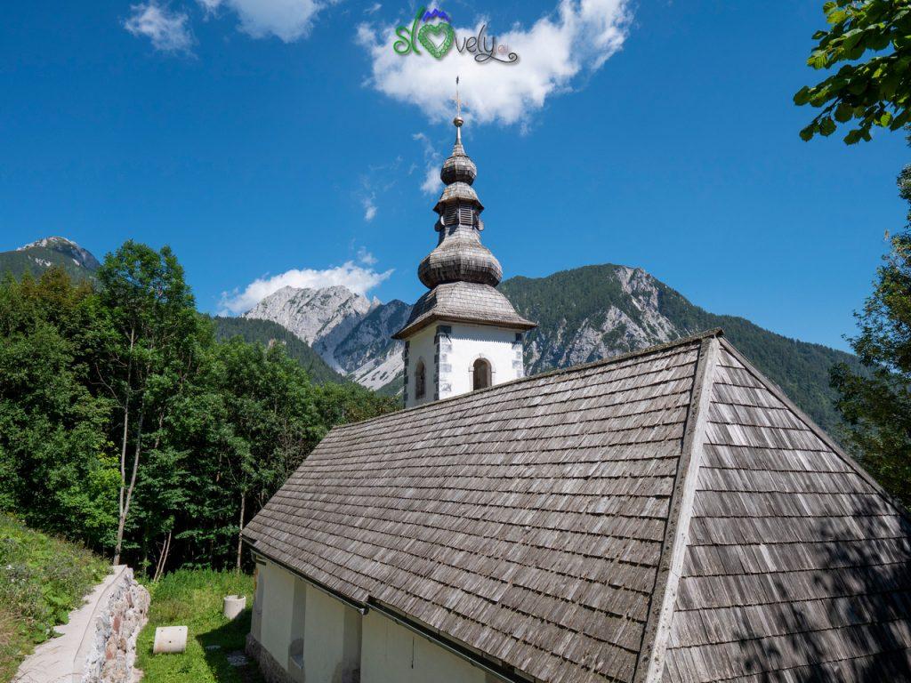 La bella chiesa di Sant'Anna circondata dalle alte montagne.