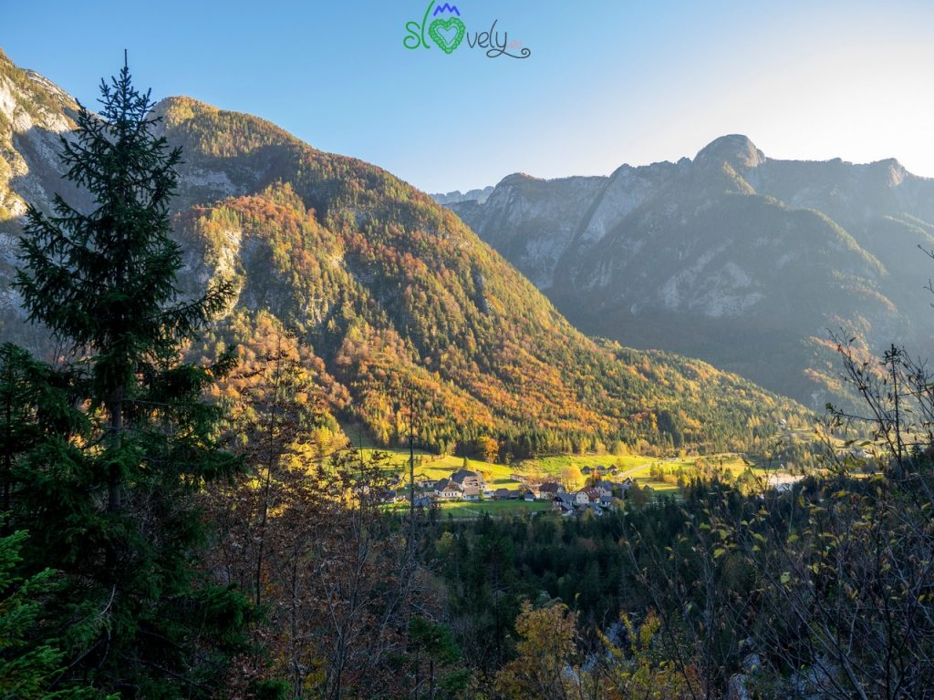 Il villaggio di Trenta, negli splendidi colori autunnali.