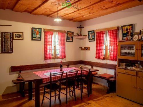 All'interno della casa del cviček di Raka.