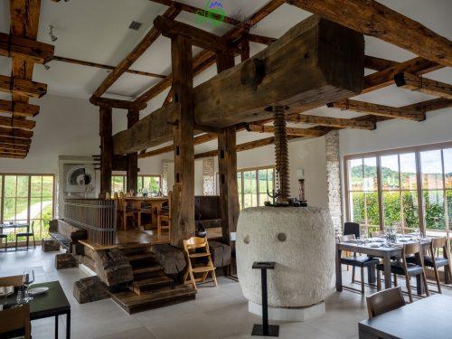 La magnifica pressa all'interno del ristorante Tri lučke.
