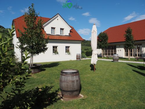 Ambiente rurale curatissimo al ristorante Tri lučke.