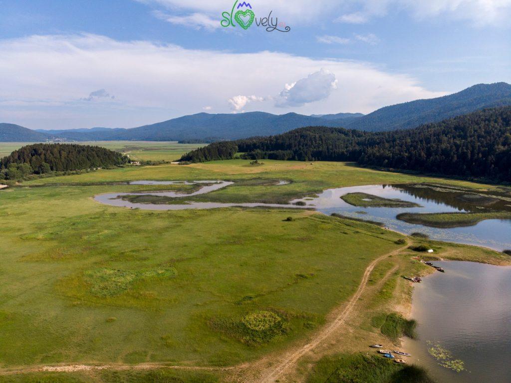 Ad agosto gran parte del lago di Cerknica è asciutta, ma un po' d'acqua è sempre presente.