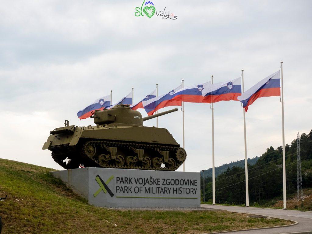 Il carro armato che accoglie i visitatori del Parco della storia militare di Pivka.
