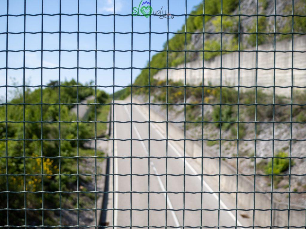 La strada di Osimo, in Slovenia, oltre la grata, in Italia.