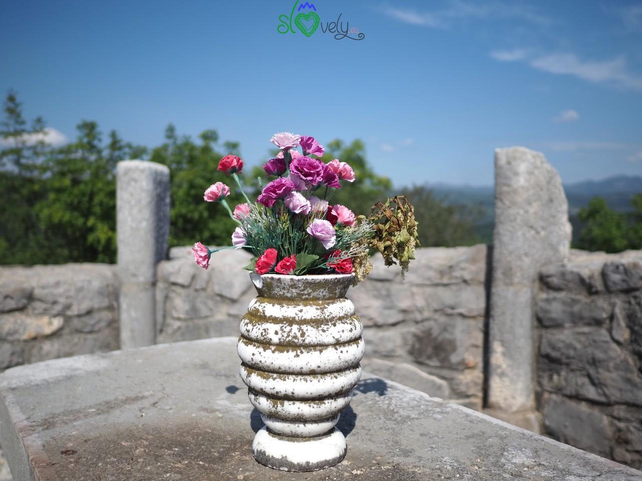Un mazzo di fiori non manca mai sull'altare della chiesetta di San Valentino.