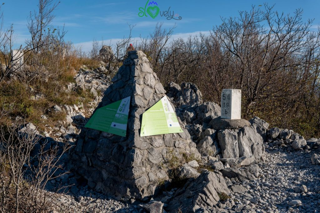 Le piramidi informative sulla cresta del Sabotino.