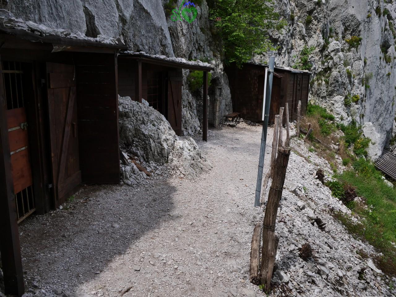 Baracche austriache sul versante nord del Sabotino.