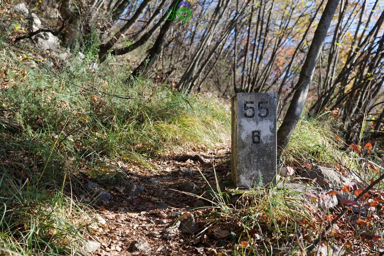 Uno dei tanti cippi confinari lungo il sentiero.