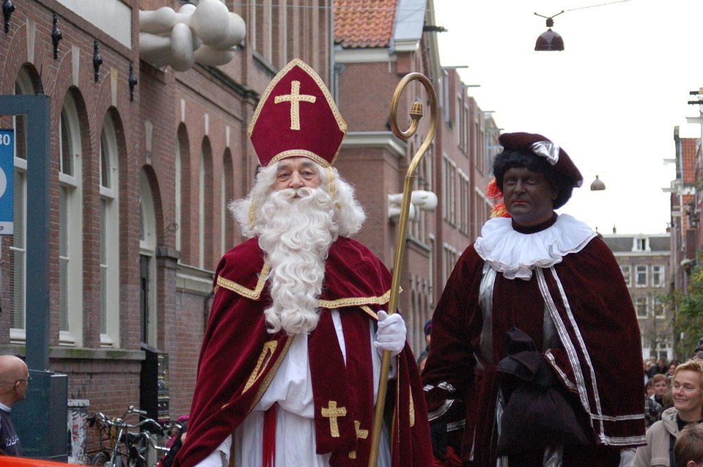 L'olandese Sinterklass con Zwarte Piet.