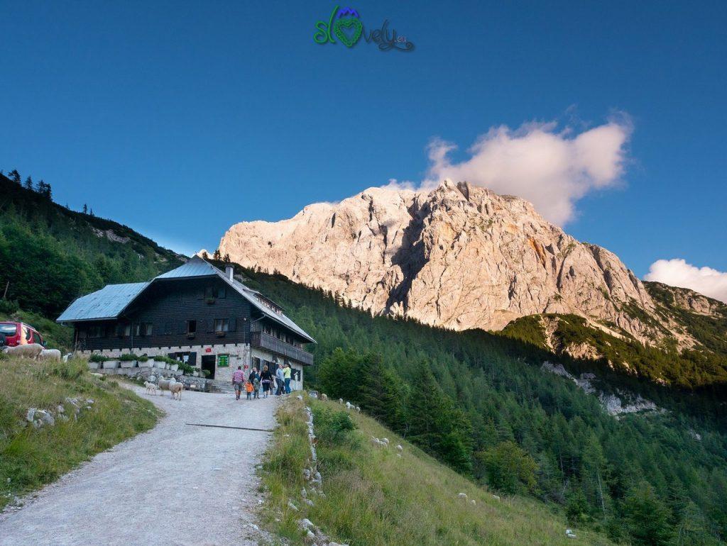 Il Poštarski dom na Vršiču col monte Prisojnik alle spalle.