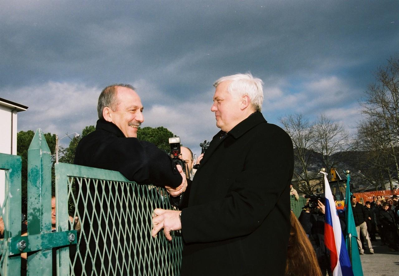 Gli ex sindati Brancati e Brulc abbattono il muro tra Gorizia e Nova Gorica.