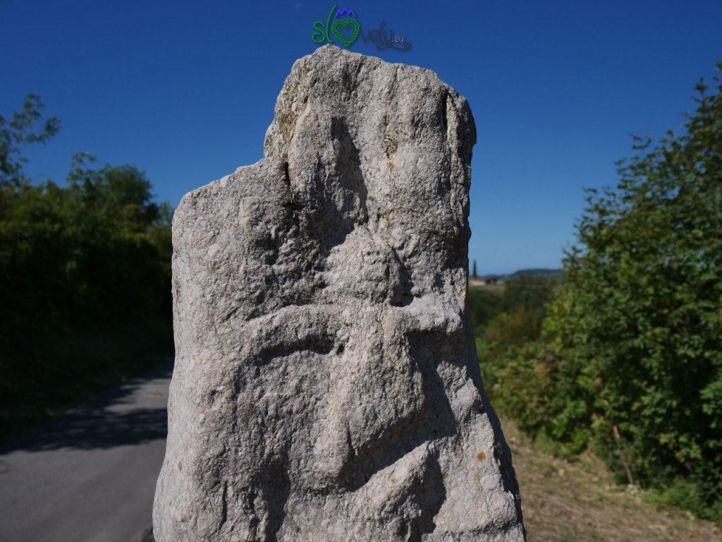 Particolare del rilievo sul monolite di Krkavče.  5 luoghi del mistero.