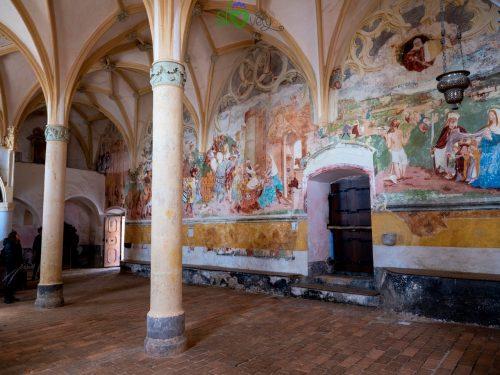 Gli affreschi della parete nord.