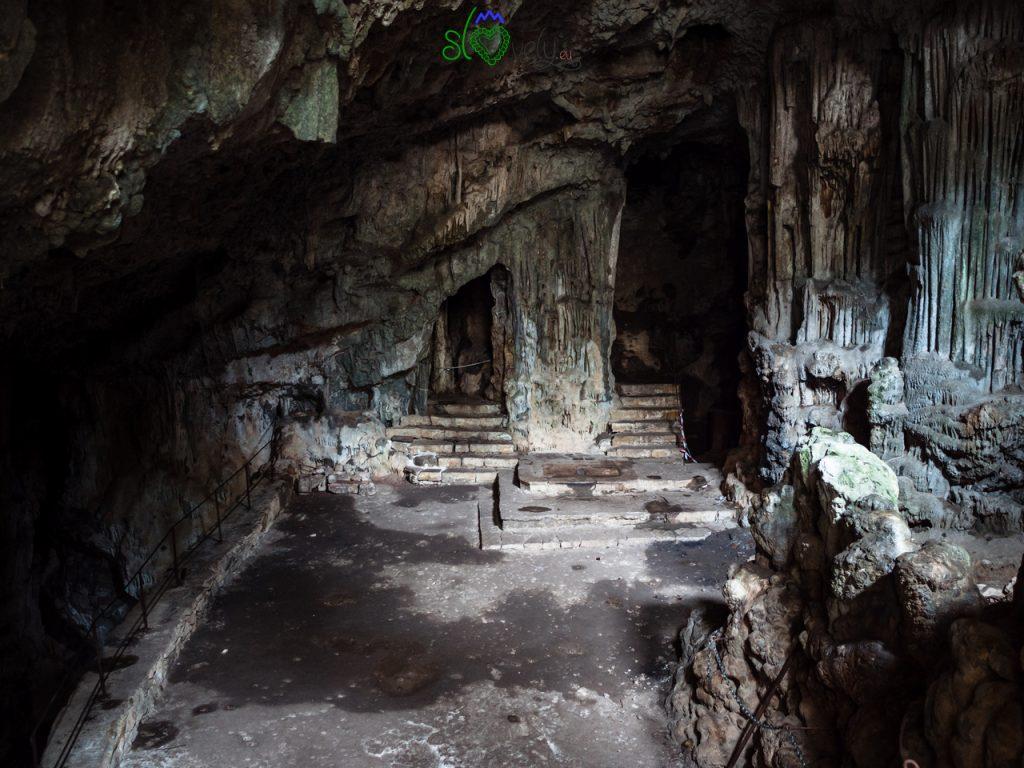 L'interno della Sveta Jama, con la chiesa sotterranea.  5 luoghi del mistero.