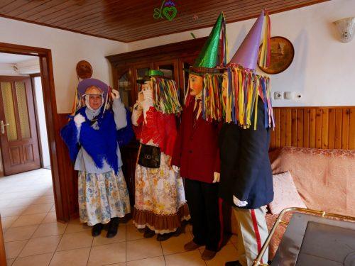 Il gruppo dei belli, Ta lepi, in una casa del paese. Liški pustje