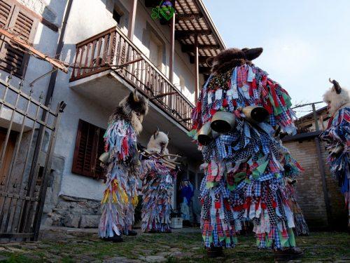 I pustje visitano le case dei piccoli paesi attorno a Lig.