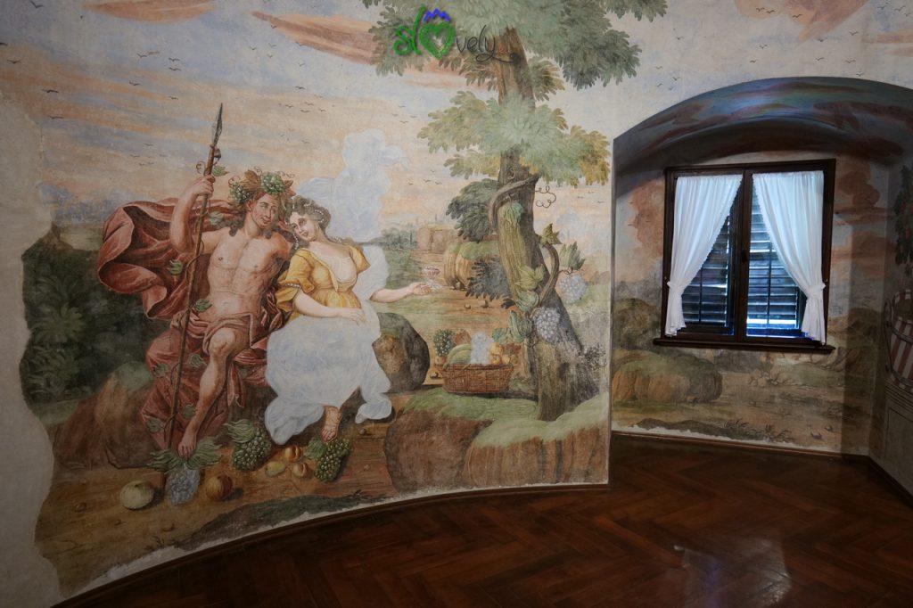I begli interni affrescati del castello di Sevnica.