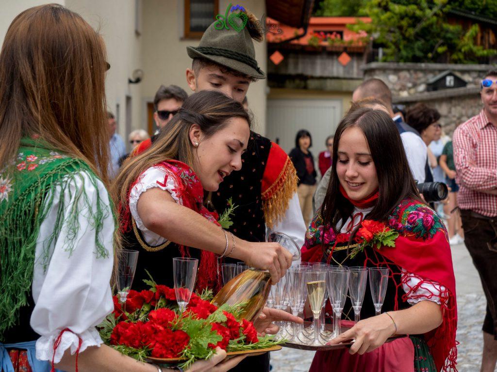 Le ragazze preparano i calici col vino.