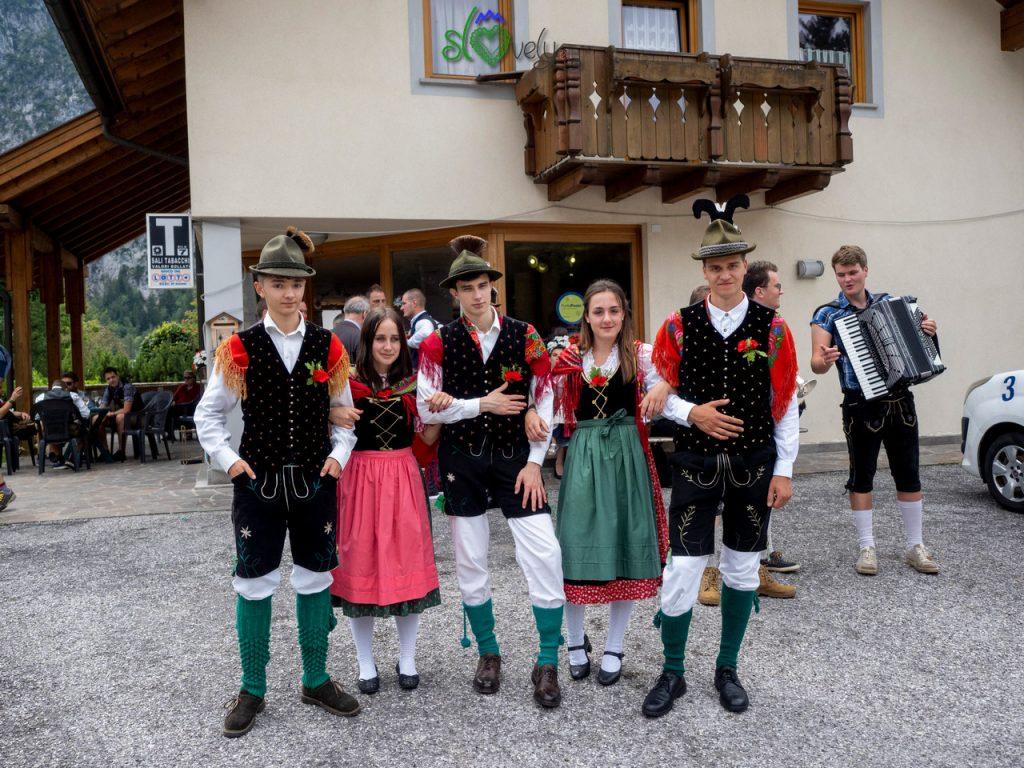Il gruppo dei diciottenni in abiti tradizionali.