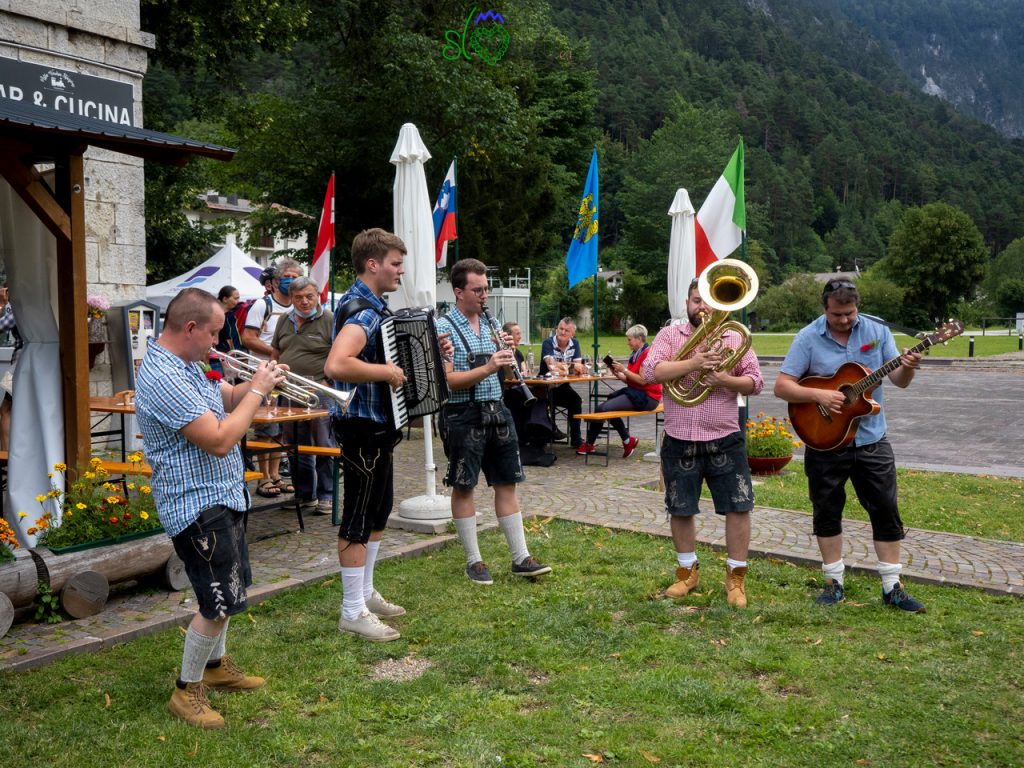 L'immancabile banda intona canzoni slovene.