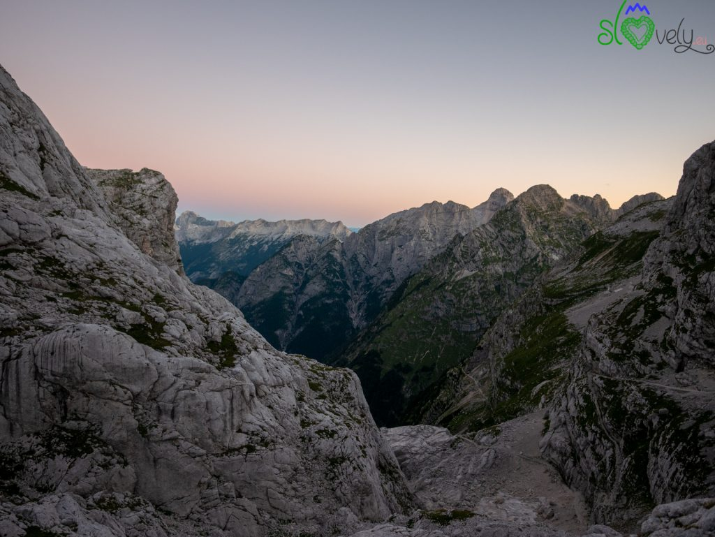 Il panorama dal rifugio Dolič all'alba.