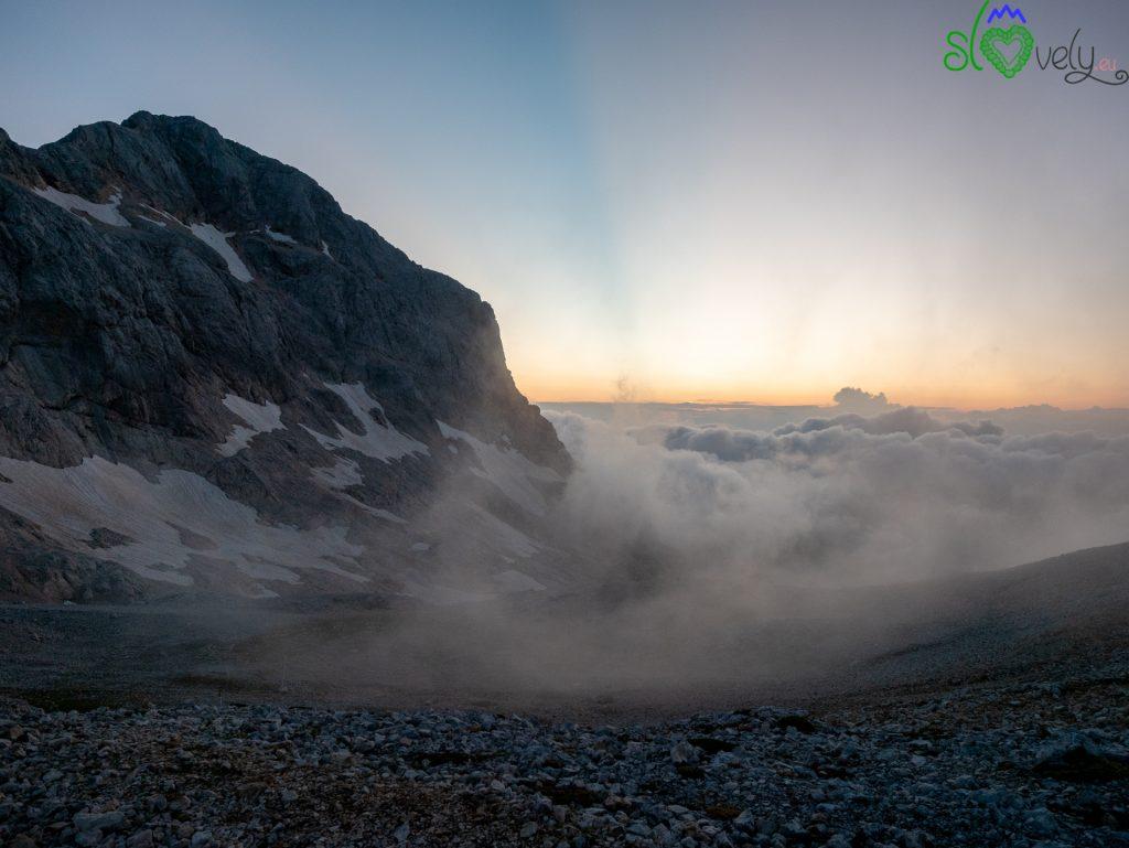Le incredibili luci e nuvole prima che sorga il sole.