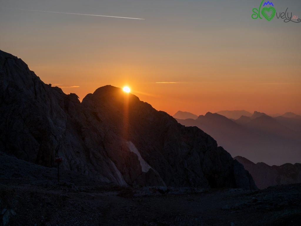 Il sole fa capolino tra le Alpi Giulie.