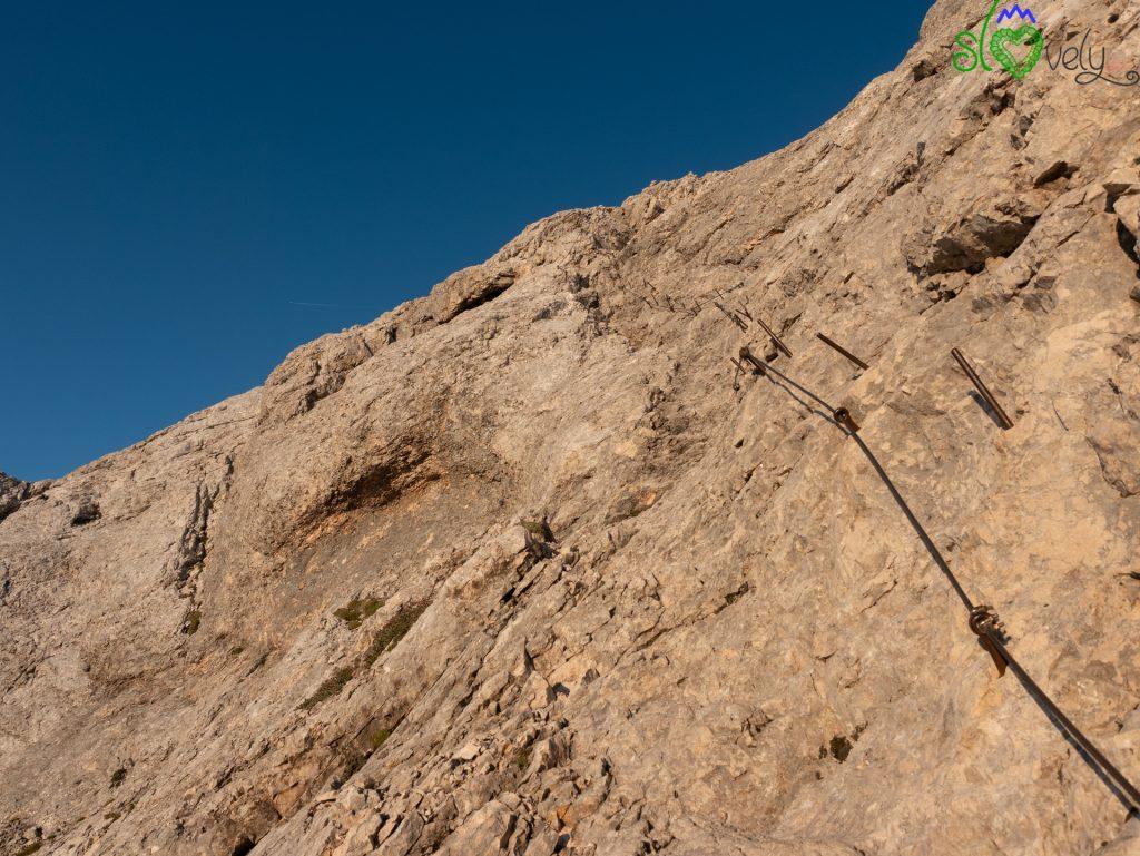 Funi di acciaio aiutano nella scalata finale.